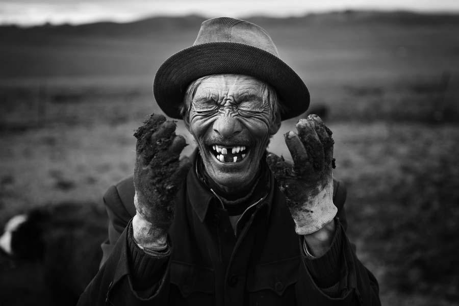 Der Nomade Ling Tsang Gympa lacht trotz Yak-Kot an seinen Händen.