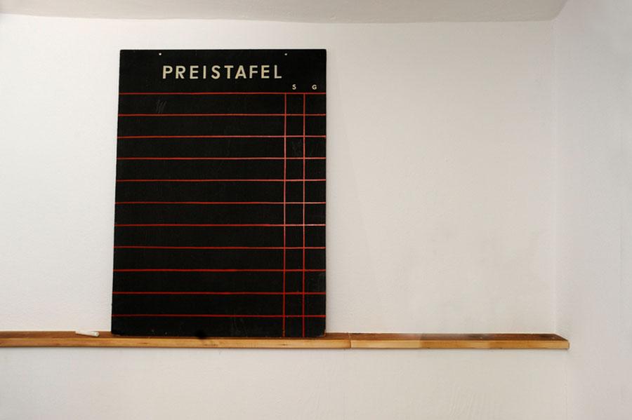 """Keine MFM-Liste, sondern eine schwarze Tafel mit Aufschrift """"Preistafel"""" als Sinnbild für Fotografenhonorare."""