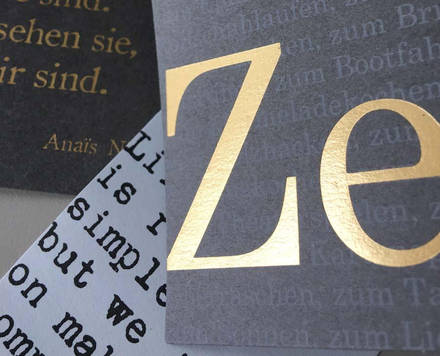 Cover eines Magazins mit spiegelnden Buchstaben. Veredelung kann Drucksachen einen besonderen Look verleihen.